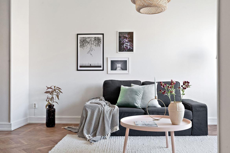 Vardagsrum mörkgrå soffa detaljer styling