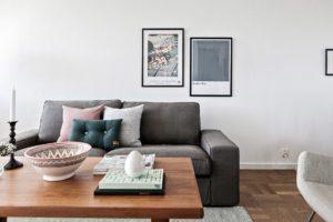 mörk parkett soffa vardagsrum inredning