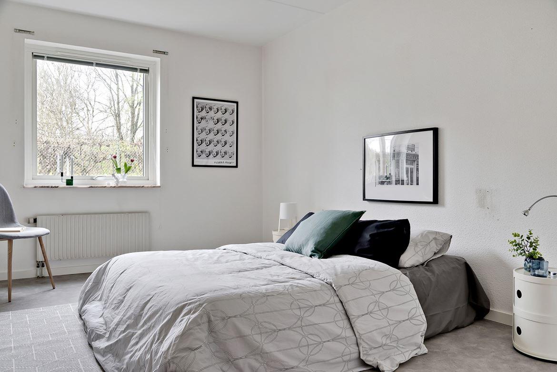 Makead säng ljust sovrum tavla