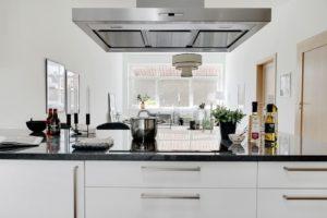 styling svart köksö granit inredning
