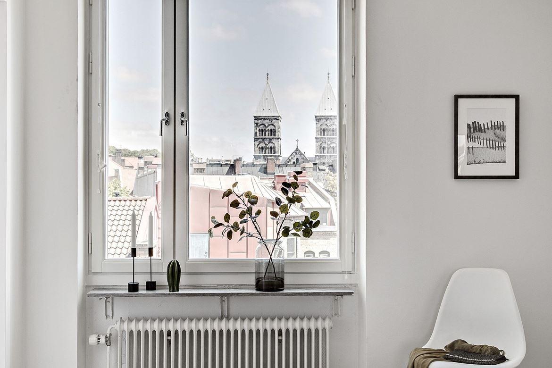 inredning ljust vardagsrum blommor fönsterkarm