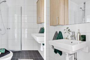 renoverat badrum svart kakel inredning