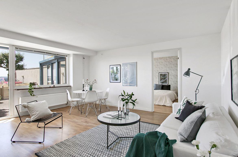 inredning vardagsrum parkett grå soffa