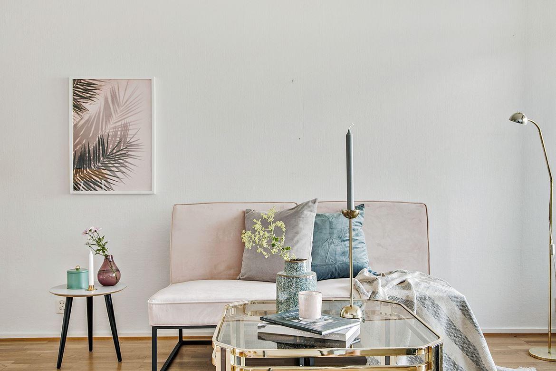 inredning babyrosa soffa gulddetaljer vitt