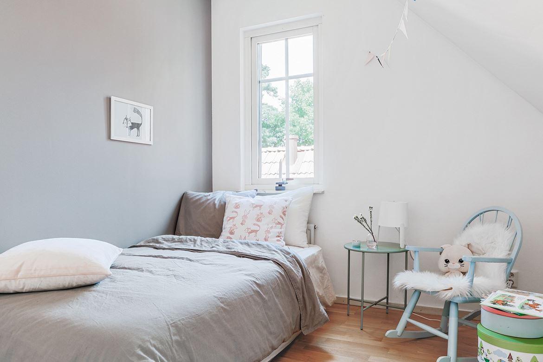sovrum inredning styling grå bäddning