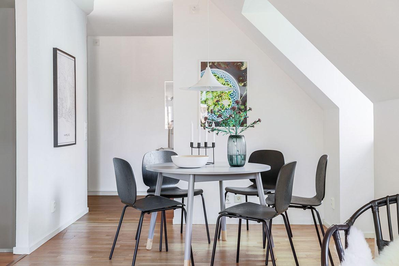 inredning matbord grått mörk parkett