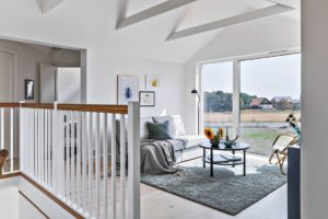 inredning loungerum soffa grå matta villa